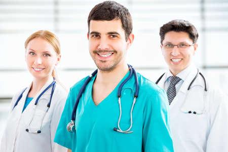 grupo de médicos: Grupo de doctores en el hospital