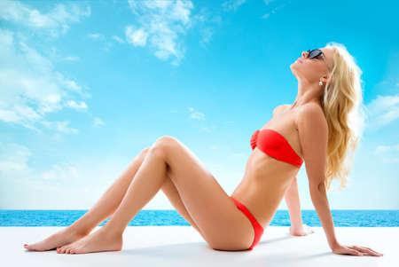 Sexy femme blonde bronzer près de la mer Banque d'images