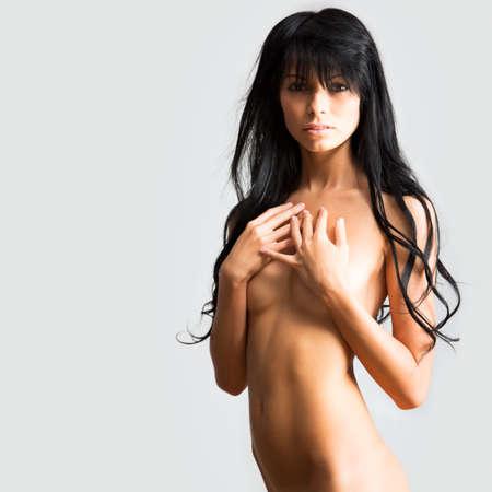 beaux seins: Belle femme couvre ses seins nus avec sa main Banque d'images