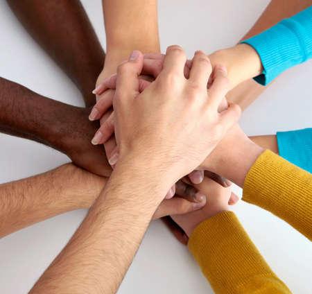 Vue de l'équipe d'amis montrant l'unité avec leurs mains