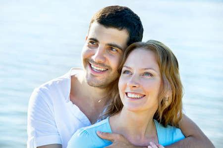 Feliz pareja de jóvenes disfrutando de una playa solitaria. Foto de archivo - 29885995