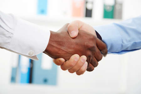 Zakenlieden handen schudden tijdens hun kantoor