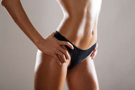 corps femme nue: Belle corps mince de la femme dans la lingerie