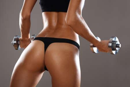cuerpo femenino perfecto: Mujer de la aptitud. La mujer delgada con pesas.