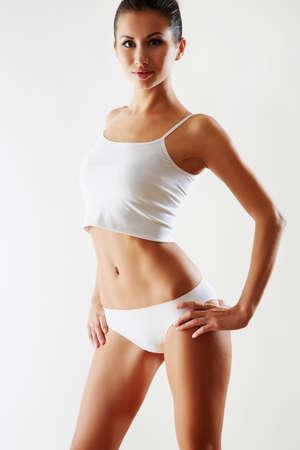 Beau corps mince de la femme dans la lingerie