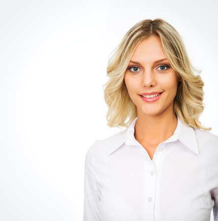 Portrait d'une femme d'affaires souriant, isolé sur fond blanc