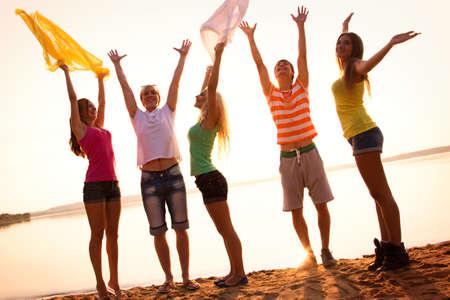 Groupe de jeunes sur la plage de la mer