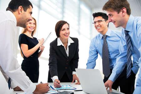menschen unterwegs: Business-Leute arbeiten zusammen