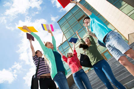 Gelukkige studenten springen van vreugde na het examen Stockfoto