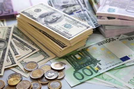 dollaro: Lotto di dollari ed euro. Sfondo e la trama Archivio Fotografico