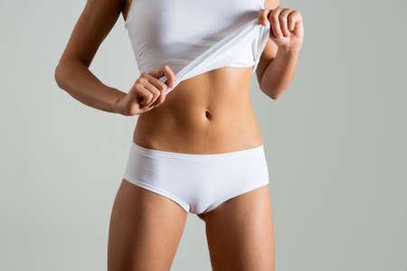下着姿の女性の美しいスリムなボディ