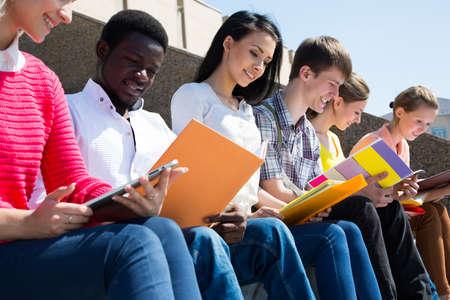 alumnos estudiando: Grupo de estudiantes universitarios que estudian la tarea de revisar