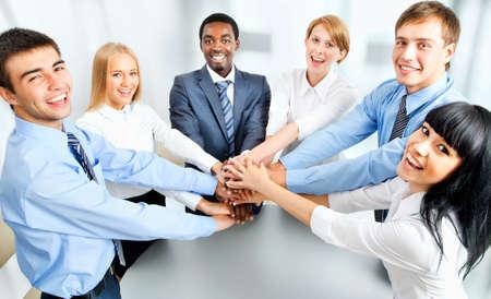 mujeres juntas: Equipo de negocios que muestra la unidad con las manos juntas
