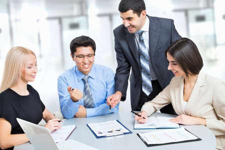 trabajo oficina: Un equipo de negocios de trabajo de cuatro Plan en la oficina