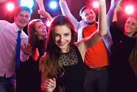 Jonge mooie vrouw op een feestje met vrienden