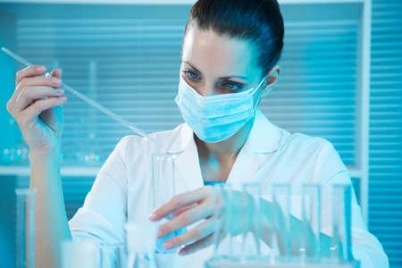 Aantrekkelijke jonge vrouwelijke wetenschapper die werkzaam zijn in het laboratorium
