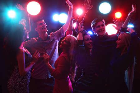 danza contemporanea: Gente joven que tiene baile de la diversi�n en la fiesta.