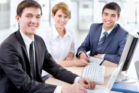 personas trabajando en oficina: La gente de negocios que trabajan en unas computadoras en la oficina