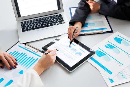 biznes: Obraz ludzkich rąk podczas papierkowej na spotkanie