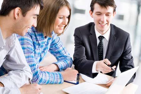 Manager praat met een jong echtpaar in de bank Stockfoto