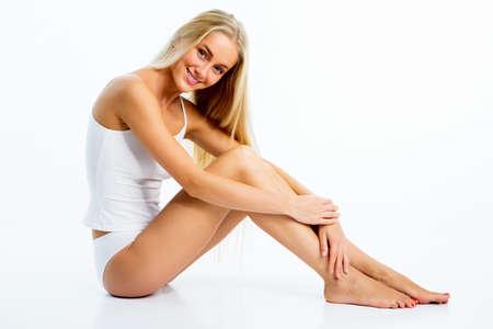 ragazze a piedi nudi: Bella donna con la figura perfetta in biancheria intima