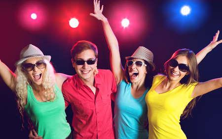 gente bailando: Gente joven que tiene baile de la diversión en la fiesta.
