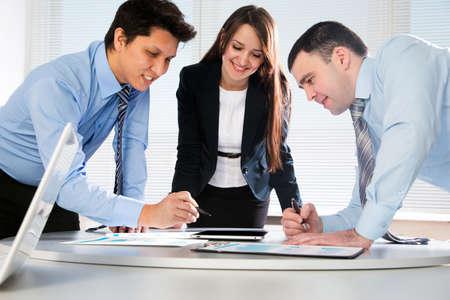 reunion de trabajo: Equipo de negocios trabajando en su proyecto de negocios juntos en la oficina Foto de archivo