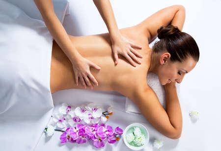 descansando: Masajista haciendo masaje en cara de la mujer en el salón de spa. Concepto de tratamiento de belleza.