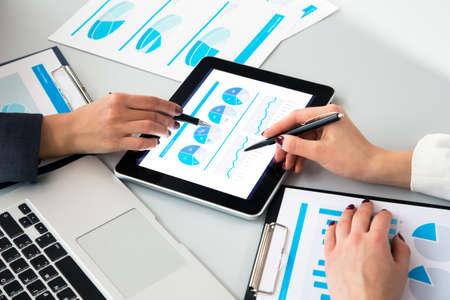 Afbeelding van de menselijke handen tijdens het papierwerk tijdens de vergadering