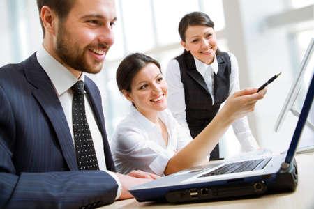Groep van gelukkige mensen uit het bedrijfsleven in een vergadering op het kantoor van