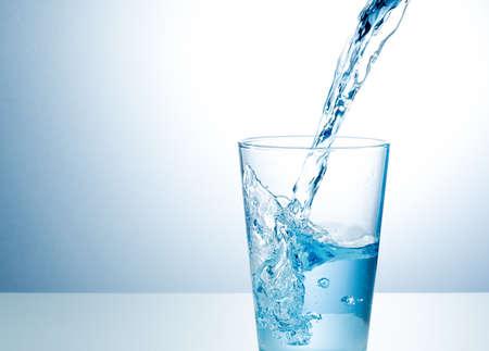 tomando agua: Vaso de agua dulce