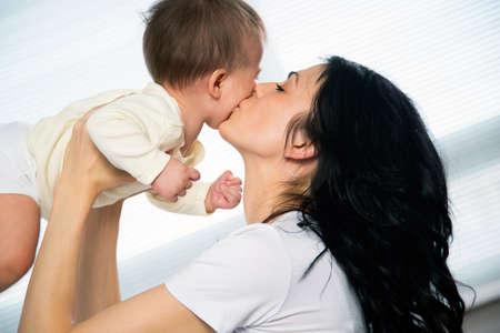 madre y bebe: Madre feliz con el bebé adorable