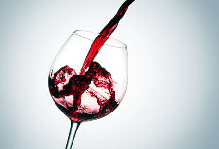 De mooie plons van rode wijn Stockfoto