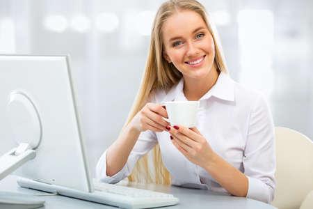 femme blonde: Portrait d'une jeune entreprise avec tasse de caf� Banque d'images