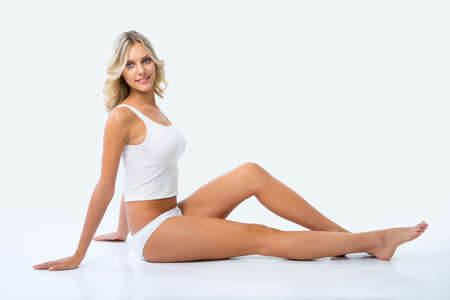 piernas mujer: Mujer hermosa con la figura perfecta en ropa interior blanca