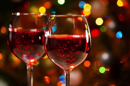 Bicchieri di cristallo di vino sullo sfondo di luci di Natale Archivio Fotografico - 48232104