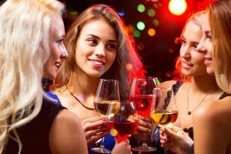 anniversaire: Image de mains des femmes avec verres en cristal de vin