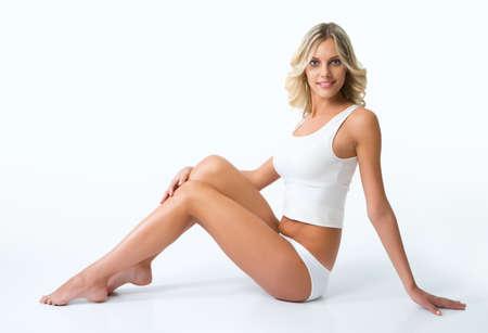 ropa interior: Mujer hermosa con la figura perfecta en ropa interior blanca