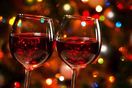 celebra: Vasos de cristal de vino en el fondo de las luces de Navidad