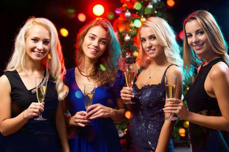 jeune fille: Happy jeunes femmes avec des verres de champagne. No�l