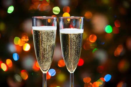 saúde: Vidros de Champagne no fundo de luzes de Natal
