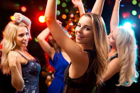 adolescencia: Niñas felices divertirse Dansing en una fiesta Foto de archivo