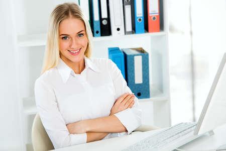 usando computadora: Retrato de una mujer de negocios joven que usa el ordenador en la oficina