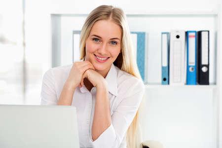 soñando: Retrato de una mujer de negocios joven que usa el ordenador en la oficina