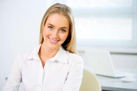 Portrait Gros plan de mignon jeune femme d'affaires souriant