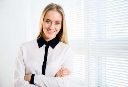 Portrait de jeune femme jeune et mignonne souriante Banque d'images