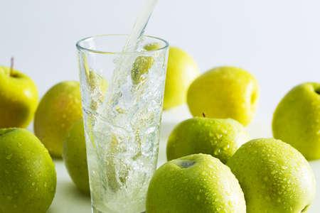 vaso de jugo: Chapoteo del zumo de manzana verde