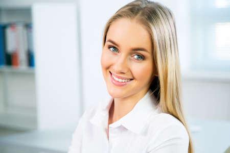 niñas sonriendo: Retrato de detalle de linda mujer joven sonriente de negocios