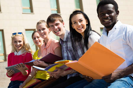 estudiantes universitarios: Grupo de estudiantes universitarios que estudian la tarea de revisar