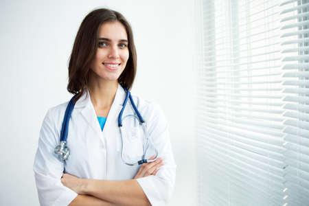 Retrato de feliz médico femenino con éxito Foto de archivo - 69687007